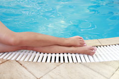 Weibliche Beine im Wasserpool Lizenzfreie Stockfotos