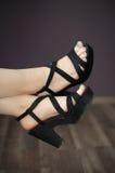 Weibliche Beine mit tadelloser Pediküre und Fersen Lizenzfreie Stockfotos
