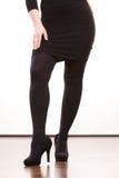 Weibliche Beine in schwarze Strumpfhose auf den Fersen gefolgten Schuhen Stockbild