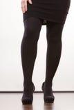 Weibliche Beine in schwarze Strumpfhose auf den Fersen gefolgten Schuhen Stockfotos