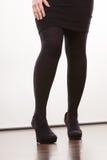 Weibliche Beine in schwarze Strumpfhose auf den Fersen gefolgten Schuhen Lizenzfreie Stockfotografie