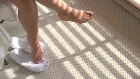 Weibliche Beine und Hauptpantoffel stock video