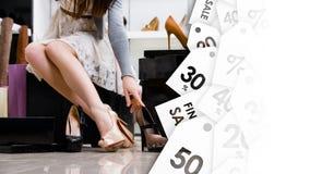 Weibliche Beine und Vielzahl von Schuhen Schwarzer Freitag-Verkauf Stockfotografie