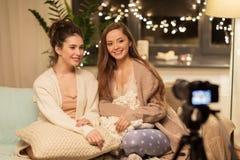 Weibliche Bloggers mit Kameraaufnahmeheimvideo Stockfoto