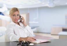 Weibliche blonde Doktoraufstellung Stockfoto