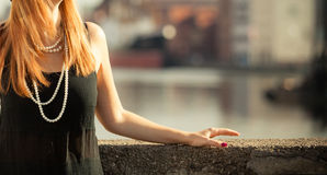 Weibliche Brust mit der Perlenschnur, im Freien Lizenzfreie Stockfotografie
