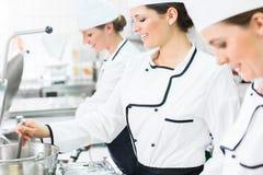 Weibliche Chefs bei der Arbeit in der Systemverpflegung Lizenzfreies Stockfoto
