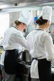 Weibliche Chefs, die in der industriellen Küche arbeiten Stockfotografie