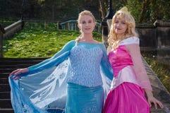 Weibliche cosplayers als Disney-Prinzessinnen lizenzfreie stockfotografie