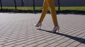 Weibliche dünne Beine in den Schuhen der hohen Absätze, die in die städtische Straße gehen Füße der jungen Geschäftsfrau in den h stock video footage