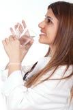 Weibliche Doktorholding und Trinkwasser lizenzfreies stockbild