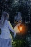 Weibliche Elfe im Wald mit Laterne Lizenzfreie Stockbilder