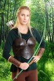Weibliche Elfe mit einem grünen Bogen Lizenzfreie Stockfotos