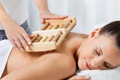 Weibliche empfangende Rückenmassage Lizenzfreie Stockfotografie