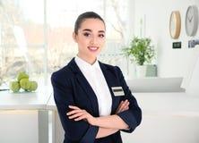 Weibliche Empfangsdame am Arbeitsplatz stockfotos