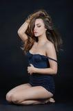 Weibliche empfindliche emotionale Frau in der Spitzeunterwäsche im Bolzen Stockfoto