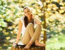 Weibliche Entspannung in der Natur Stockfoto