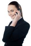 Weibliche Executivunterhaltung auf Mobile lizenzfreies stockbild