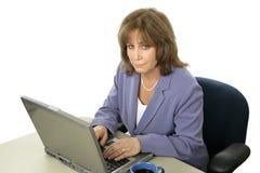 Weibliche Exekutive, die spät arbeitet stockfoto