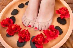 Weibliche Füße Aromatherapie erhalten Stockfotografie