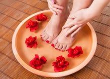 Weibliche Füße Aromatherapie erhalten Stockbilder
