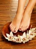 Weibliche Füße am Badekurortsalon auf Pediküreverfahren Lizenzfreies Stockfoto