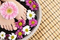 Weibliche Füße am Badekurortsalon auf Pediküreverfahren Stockfotografie