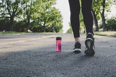 Weibliche Füße in den Laufschuhen Frau, die sich vorbereitet, in den Park zu laufen lizenzfreies stockfoto