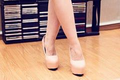 Weibliche Füße in den Schuhen Stockfoto