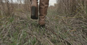 Weibliche Füße in den Stiefeln, die entlang Herbststraße laufen stock video footage