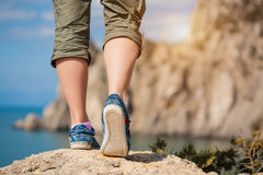 Weibliche Füße in den Turnschuhen Stockfoto