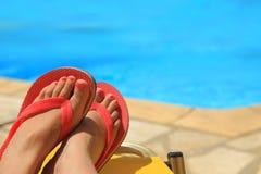 Weibliche Füße durch das Pool Stockbild
