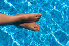 Weibliche Füße im Pool Lizenzfreie Stockfotografie