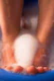 Weibliche Füße im Seifenbad Stockbilder