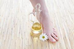 Weibliche Füße mit Öl lizenzfreies stockbild