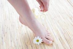 Weibliche Füße mit Öl stockbild