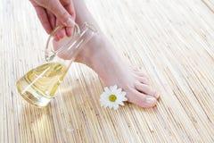 Weibliche Füße mit Schmieröl lizenzfreies stockfoto