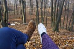 weibliche Füße, Wald, Laub Stockbild
