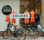 Weibliche Fahrräder geparkt vor Modespeicher Lizenzfreie Stockbilder
