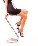 Weibliche Fahrwerkbeine in den klassischen Schuhen auf einer Ferse lizenzfreie stockfotografie