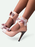Weibliche Fahrwerkbeine in den Schuhen stockbild