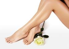 Weibliche Fahrwerkbeine nach Enthaarung Gesundheitswesen, Fußpflege, rutine Behandlung Badekurort und epilation Füße mit sauberer Stockfotografie