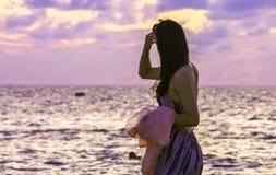 Weibliche Figur auf dem Strand Stockbilder