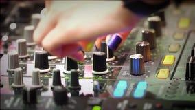 Weibliche Finger auf der soliden Steuerung im Verein stock video