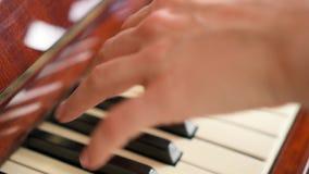 Weibliche Finger, die Schlüssel auf Retro- Klaviertastatur spielen Flache Schärfentiefe Fokus auf Händen stock footage