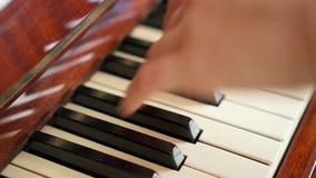 Weibliche Finger, die Schlüssel auf Retro- Klaviertastatur spielen Flache Schärfentiefe Fokus auf Klavierschlüsseln stock video footage