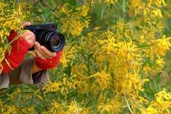 Weibliche Fotografhand mit Kamera Stockbilder