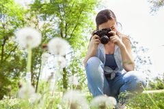 Weibliche fotografierte Natur mit Retro- alter Kamera lizenzfreie stockbilder
