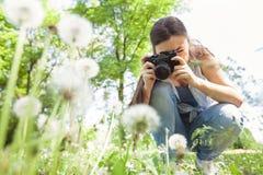 Weibliche fotografierte Natur mit Retro- alter Kamera lizenzfreies stockbild