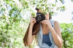 Weibliche fotografierte Natur mit Retro- alter Kamera stockfoto